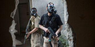 Combatientes de la brigada Tahrir, de la oposición siria, en el frente de Jobar, cerca de Damasco, con máscaras antigás. / LAURENT VAN DER STOCKT