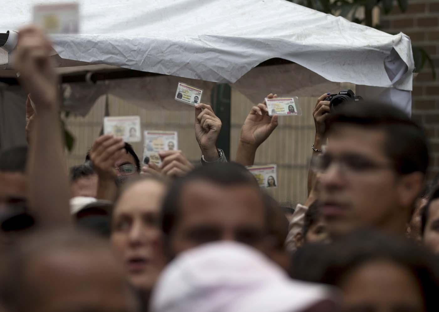 Esta foto de archivo del 24 de junio de 2016 muestra a opositores venezolanos que reclaman la validación de las firmas reunidas para un referendo revocatorio (AP Foto/Fernando Llano, Archivo)