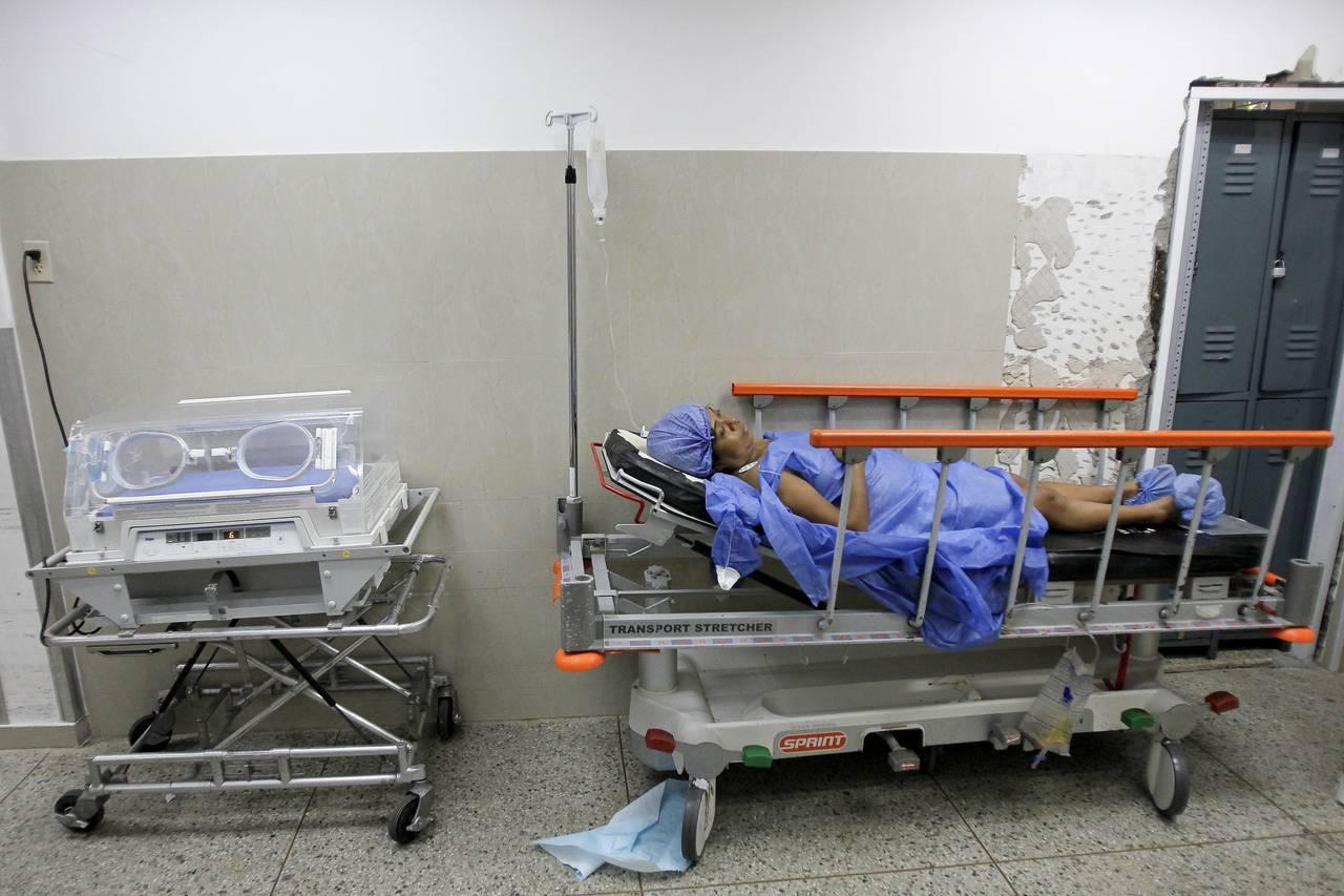 Una mujer acostada en una cama en una maternidad en Maracaibo, Venezuela. Foto: Isaac Urrutia/REUTERS